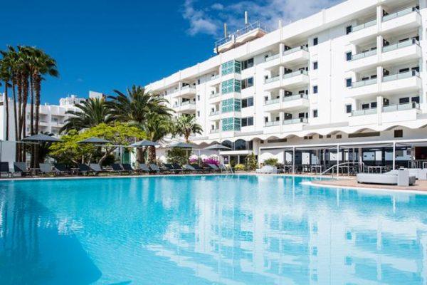 Voorzijde hotel Axel beach met Zwembad